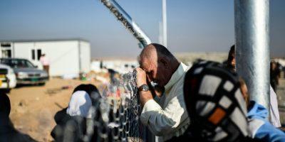 Un iraquí desplazado que huyó de los enfrentamientos entre las fuerzas iraquíes y el grupo islámico EI espera para ver a sus familiares en un campo de refugiados en la región de Khazir, entre Arbil y Mosul, Irak, el 5 de noviembre de 2016. Foto:BULENT KILIC/afp.com