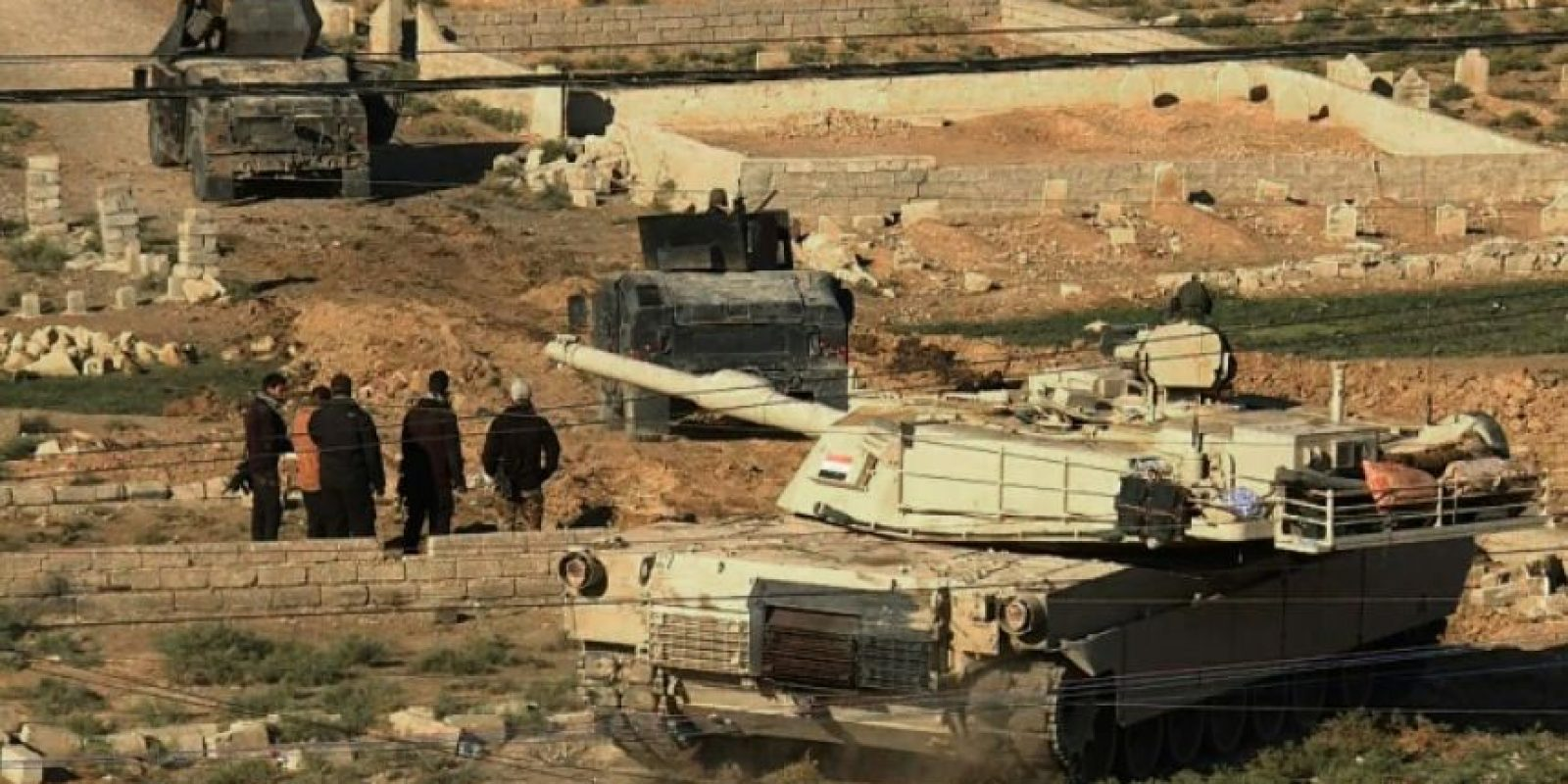 Un tanque y dos vehículos artillados de las fuerzas iraquíes toman posiciones en el distrito de Al-Karamah, al este de Mosul, en una imagen captada por AFPTV el viernes 4 de noviembre en esa ciudad de Irak Foto:Andrea Bernardi/afp.com