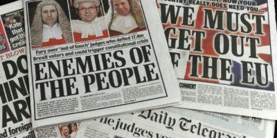 """Selección de varias portadas de periódicos ingleses del 4 de noviembre de 2016 acusando a los jueces del Alto Tribunal de Londres de """"traicionar"""" a los más de 17 millones de personas que votaron a favor de salir de la Unión Europea Foto:Benjamin Fathers/afp.com"""