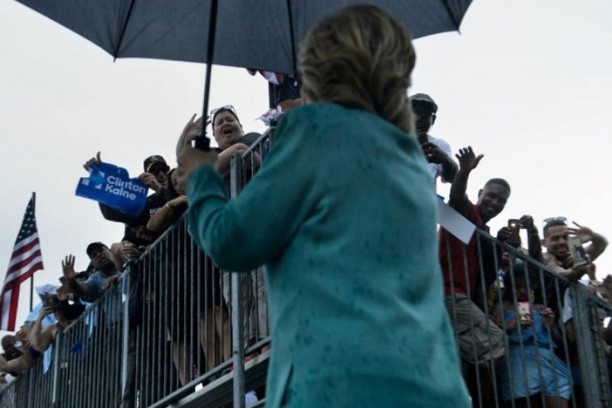 La candidata presidencial demócrata Hillary Clinton se retira durante una tormenta de lluvia después de hablar en un acto en el CB Smith Park, el 5 de noviembre de 2016, en Pembroke Pines, Florida Foto:Brendan Smialowski/afp.com