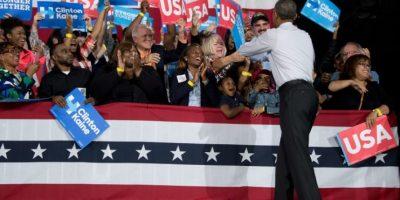 El presidente estadounidense Barack Obama saluda a partidarios demóctatas durante un acto en apoyo a Hillary Clinton, el 4 de noviembre de 2016 en Charlotte, Carolina del Norte Foto:JIM WATSON/afp.com