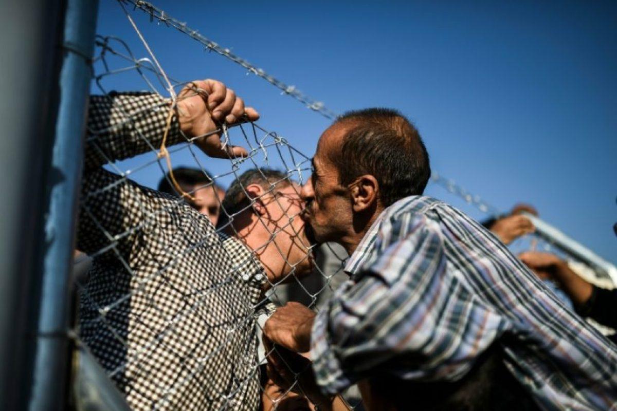 Un iraquí saluda a un familiar en un campo de refugiados en Khazir el 5 de noviembre de 2016 Foto:Bulent Kilic/afp.com