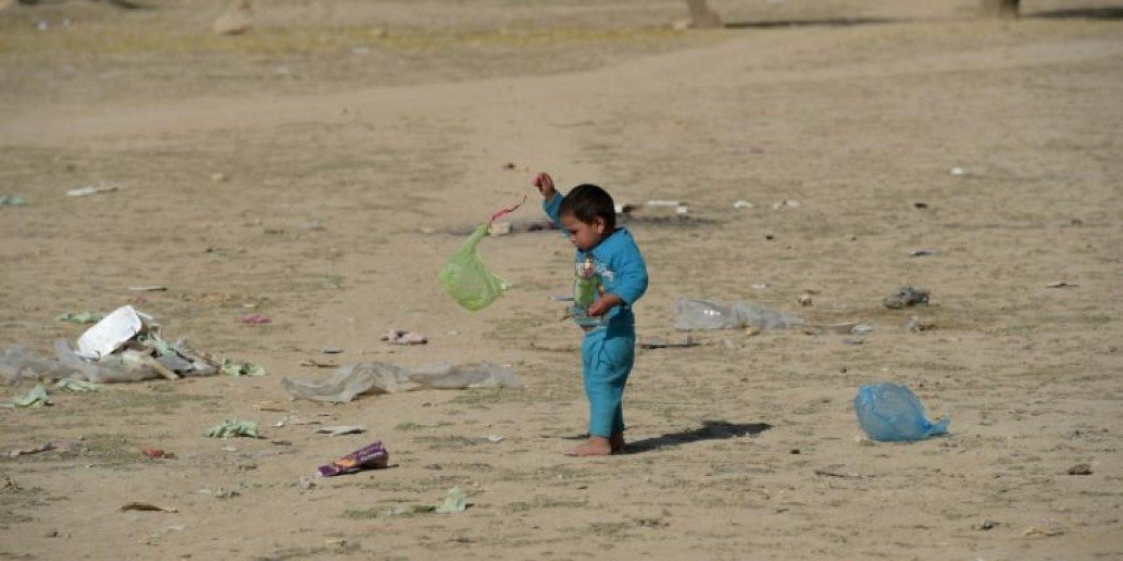 Foto del 19 de octubre de 2016 muestra a niños afganos desplazados por combates entre fuerzas afganas y talibanes y los bombardeos de la coalición del OTAN en las afueras de Kunduz, Afganistán Foto:SHAH MARAI/afp.com
