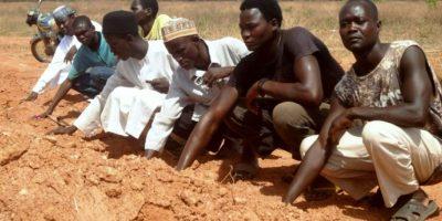 Foto tomada el 26 de abril de 2016 en las afueras de la ciudad nigeriana de Kaduna muestra a miembros del Movimiento Islámico de Nigeria (IMN), un grupo chiíta, rezando en una fosa común. Foto:AMINU ABUBAKAR/afp.com