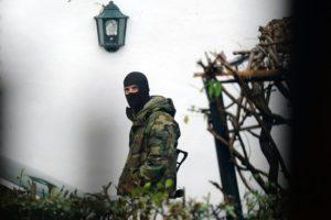 Un miembro de las fuerzas de seguridad francesas monta guardia junto a la casa donde fue arrestado Mikel Irastorza, este sábado 5 de noviembre en la localidad de Ascain, al suroeste de Francia Foto:Gaizka Iroz/afp.com