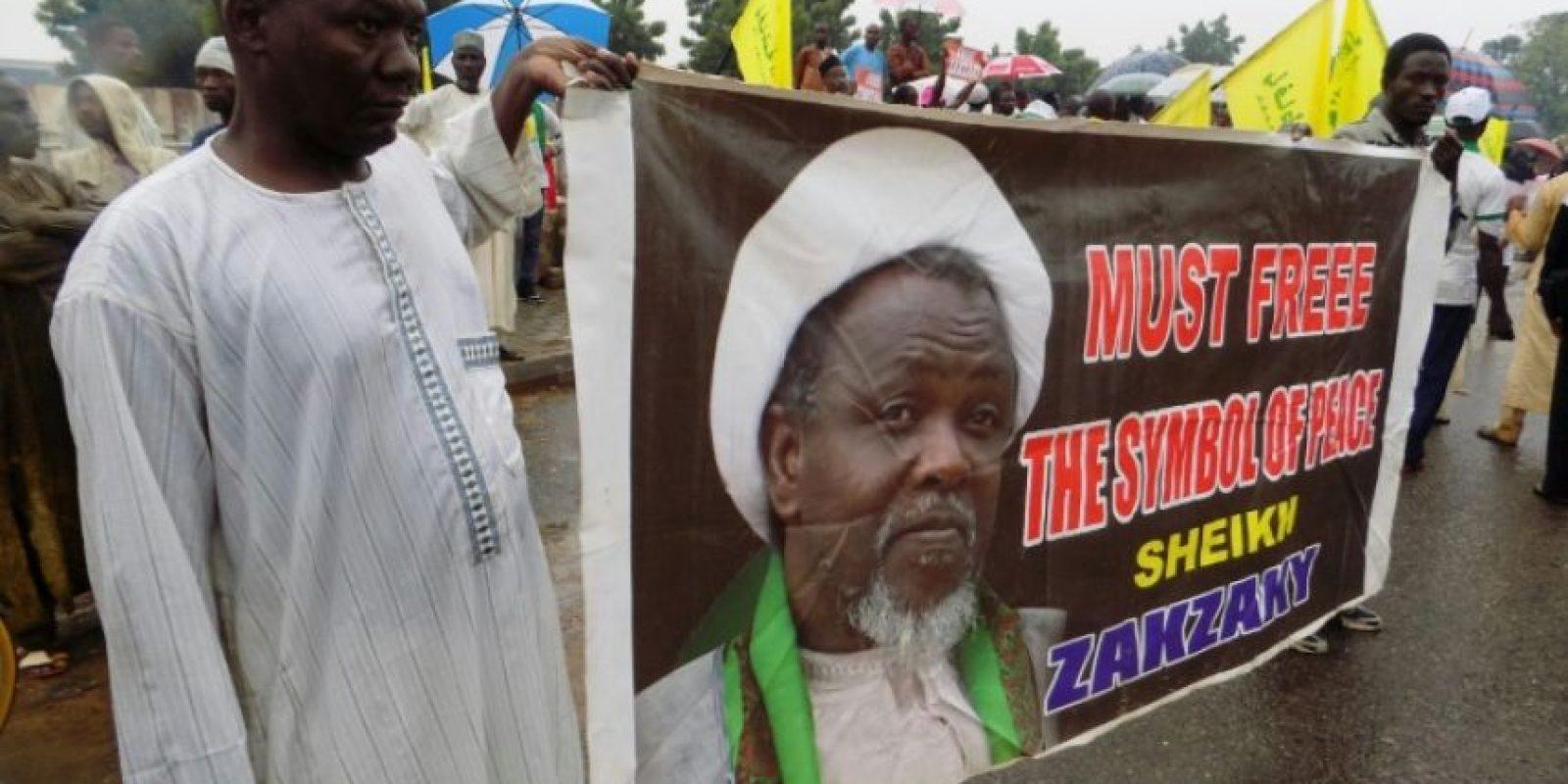 Foto tomada el 11 de agosto de 2016 en las calles de la ciudad nigeriana de Kaduna muestra a miembros del Movimiento Islámico de Nigeria (IMN), un grupo chiíta pro-iraní, demandando la libertad del líde rIbrahim Zakzaky (en el cartel) Foto:AMINU ABUBAKAR/afp.com
