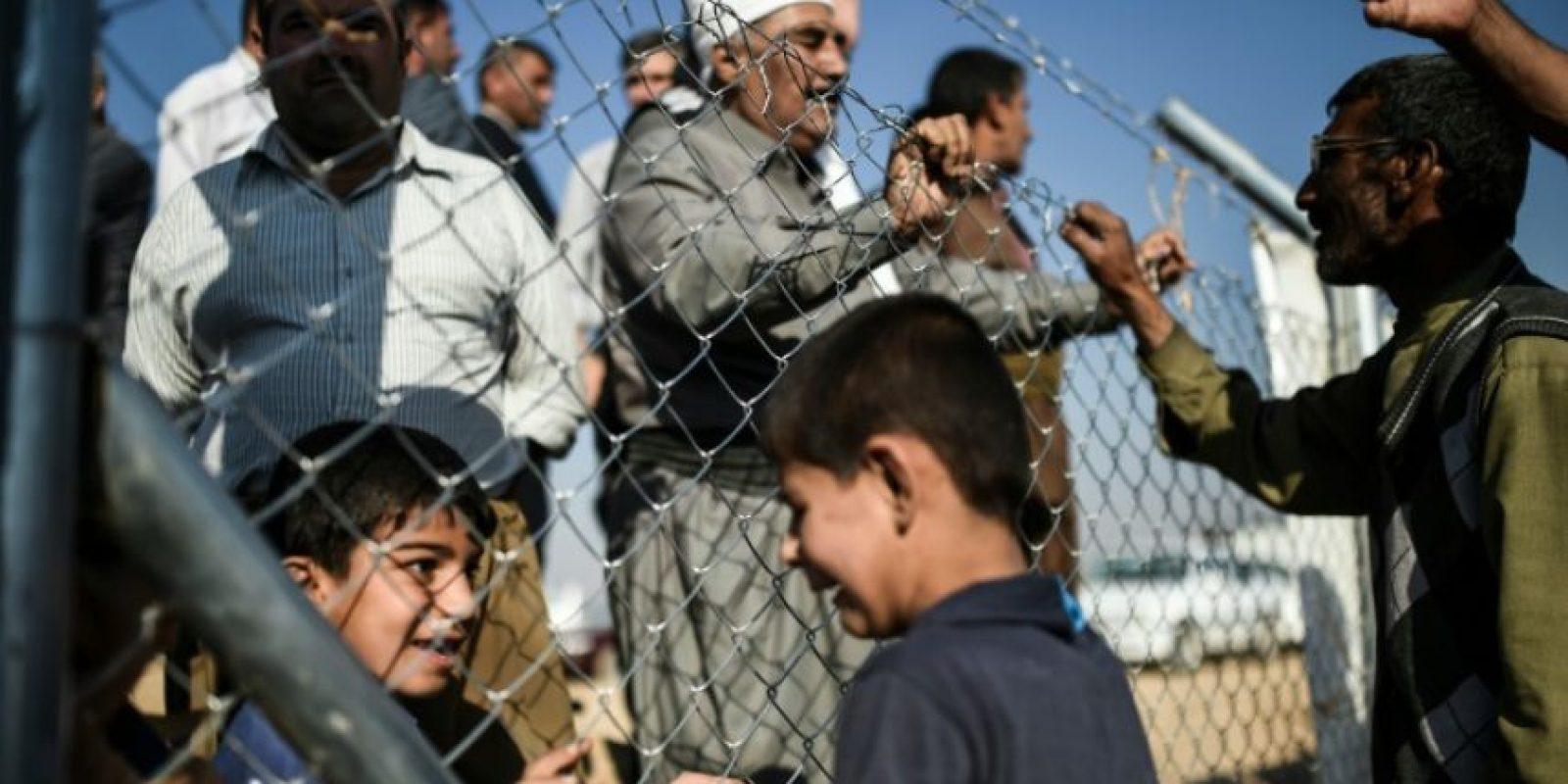 Un grupo de iraquíes habla con sus familiares que llegaron de visita al campo de refugiados de Khazir el 5 de noviembre de 2016 Foto:BULENT KILIC/afp.com