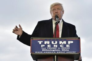 Donald Trump habla durante un mitin que dio en la empresa Airborne Maintenance & Engineering Services, el viernes 4 de noviembre en Wilmington (Ohio), al noreste del país Foto:Mandel Ngan/afp.com