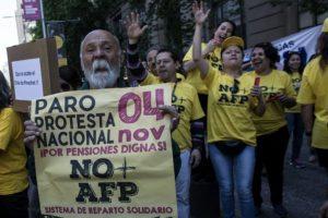 Trabajadores protestan contra el sistema de pensiones, en Santiago de Chile el 4 de noviembre de 2016 Foto:Martin Bernetti/afp.com