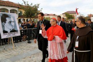El cardenal Angelo Amato (C) bendice a fieles durante una ceremonia de canonización de 38 mártires de la Iglesia católica en la ciudad de Shkoder, Albania, el 5 de noviembre de 2016. Foto:GENT SHKULLAKU/afp.com