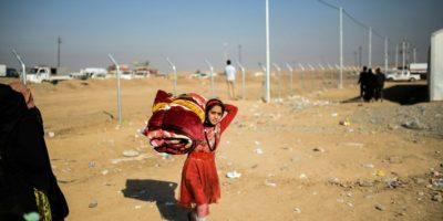 Una niña traslada sus pertenencias en un campo de refugiados de Khazir el 5 de noviembre de 2016 Foto:Bulent Kilic/afp.com