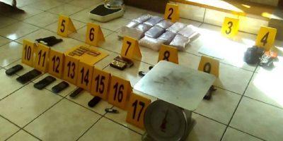 Policía captura a tres personas que portaban pistolas y posible cocaína