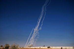Foto tomada el 4 de noviembre de 2016, muestra cohetes disparados desde la base militar iraquí de Qayyarah, al sur de Mosul, durante una operación por parte de las fuerzas del gobierno para retomar la principal ciudad en mano de los jihadistas del grupo islámico EI. Foto:Ahmad MOUSA/afp.com