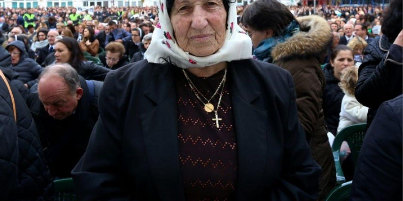 Una fiel asiste a una ceremonia de canonización de 38 mártires de la Iglesia católica en la ciudad de Shkoder, Albania, el 5 de noviembre de 2016. Foto:GENT SHKULLAKU/afp.com