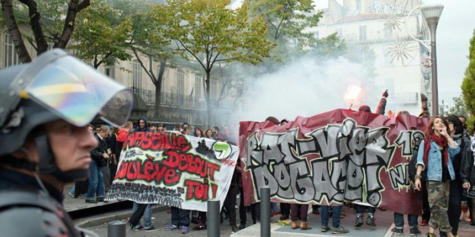 Manifestantes pro-refugiados (I) gritan frente a policías antidisturbios que controlan un acto del grupo de derecha francés Frente Nacional (FN) contra la inmigración, en Marsella, sur de Francia, el 5 de noviembre de 2016. Foto:BERTRAND LANGLOIS/afp.com
