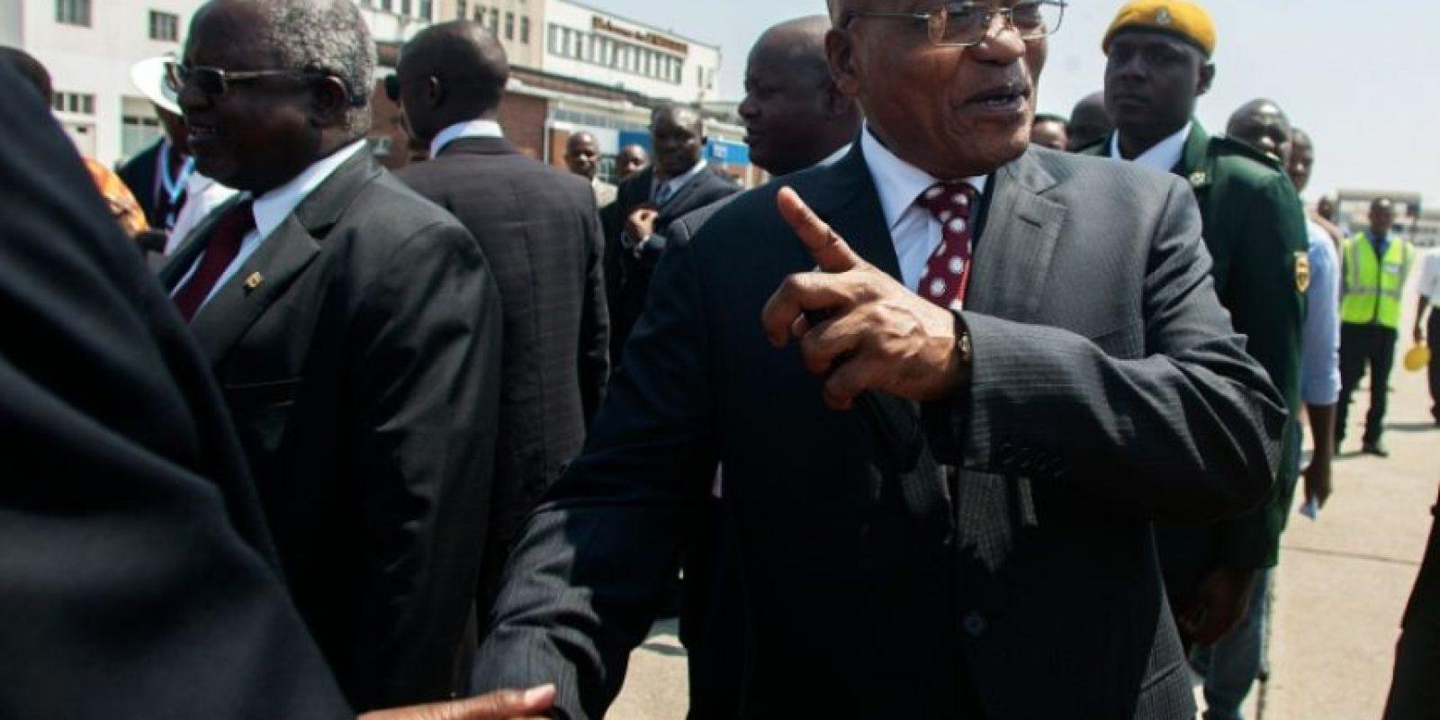 El presidente sudafricano Jacob Zuma (D) es recibido a su llegada para una visita de estado oficial en el Aeropuerto Internacional de Harare, Zimbabue, el 3 de noviembre de 2016 en Harare. Foto:JEKESAI NJIKIZANA/afp.com