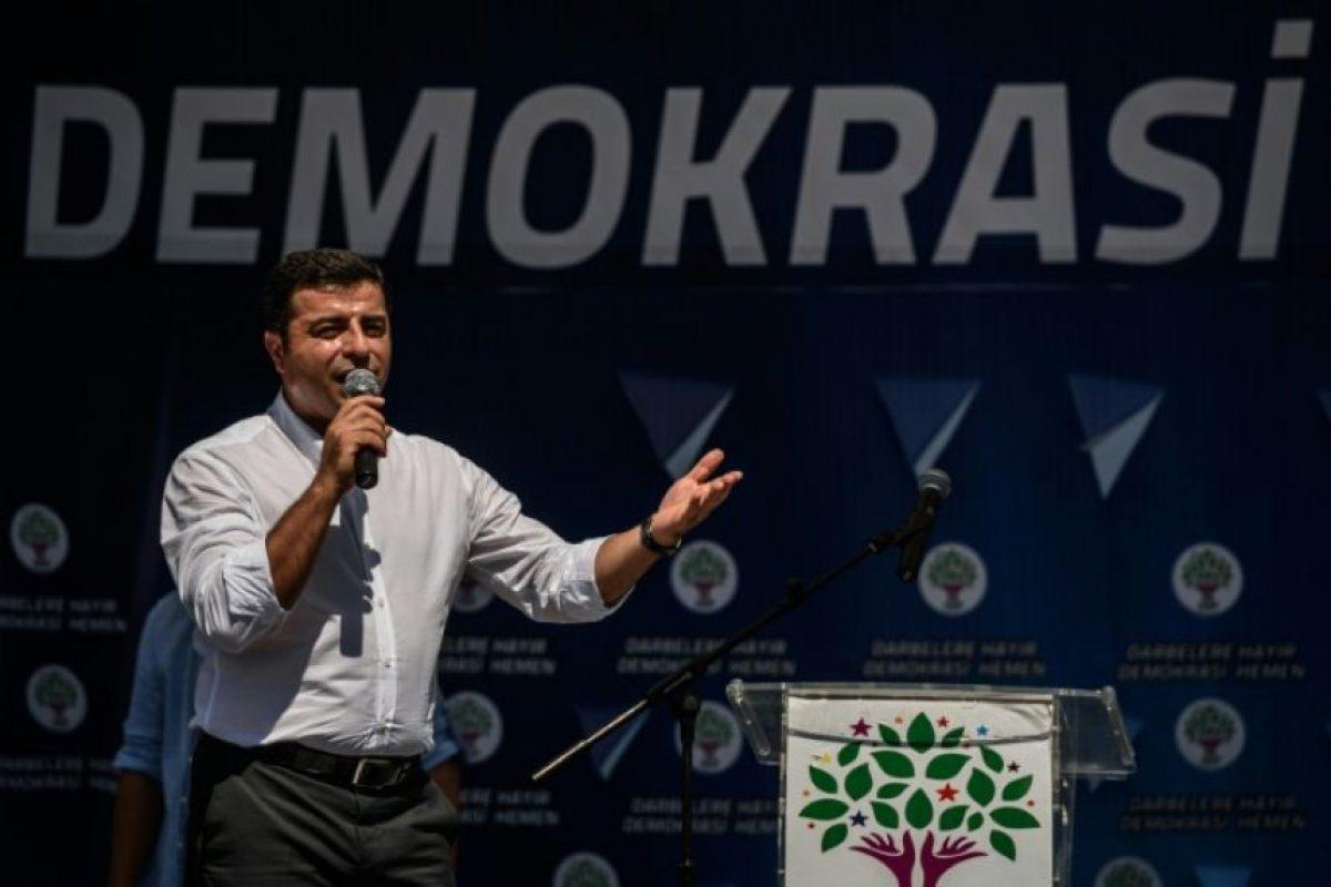 Selahattin Demirtas, líder del Partido Democrático de los Pueblos (HDP), principal partido prokurdo de Turquía, toma la palabra durante una protesta contra el golpe militar y el estado de emergencia el 23 de julio de 2016 en Estambul Foto:Ozan Kose/afp.com