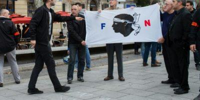Un manifestante pro-refugiados (I) discute con simpatizantes del grupo de derecha francés Frente Nacional (FN) que participaban en un acto contra la inmigración, en Marsella, sur de Francia, el 5 de noviembre de 2016. Foto:BERTRAND LANGLOIS/afp.com