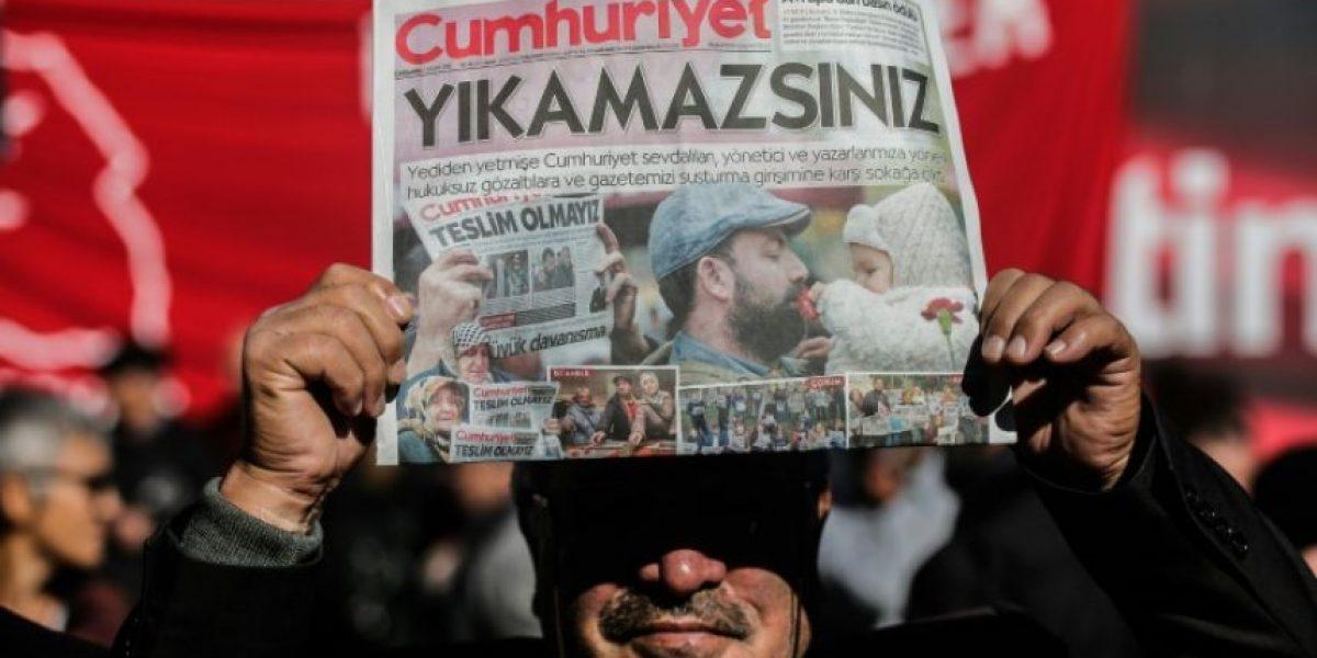 Turquía detiene a nueve miembros del diario de oposición Cumhuriyet