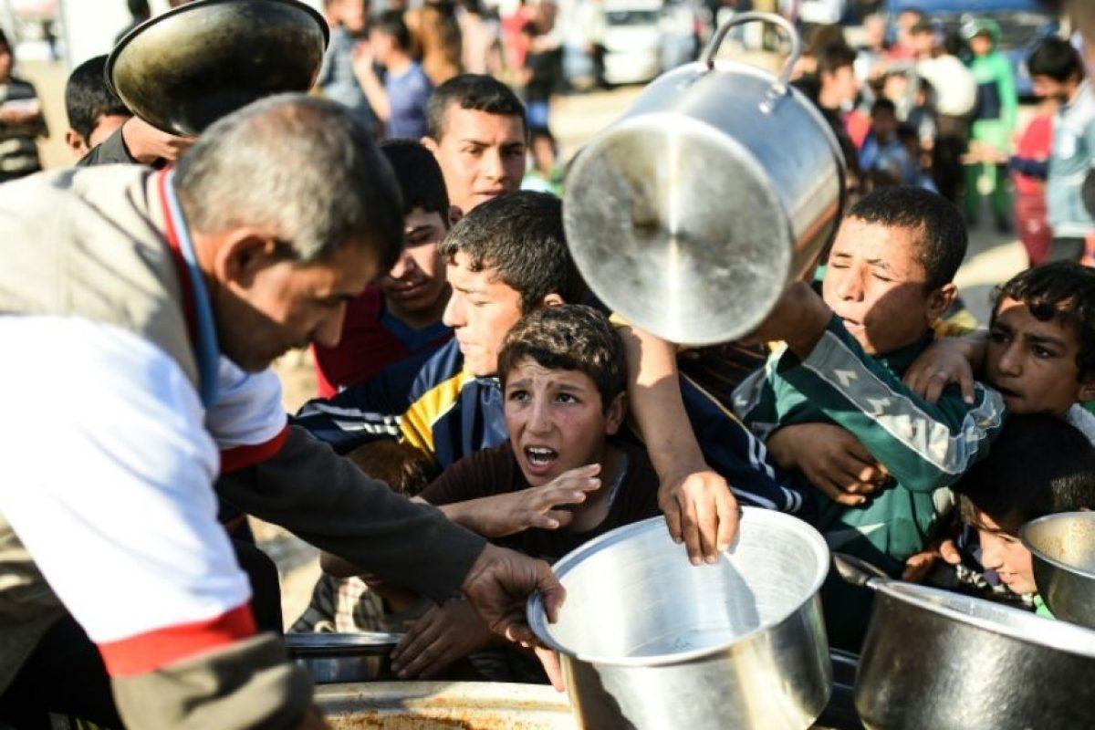 Niños iraquíes aguardan para recibir comida en un campo de refugiados en Khazir el 5 de noviembre de 2016 Foto:Bulent Kilic/afp.com
