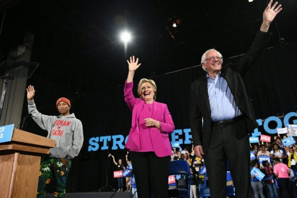 La candidata demócrata a la presidencia de EEUU, Hillary Clinton (c), apoyada por Bernie Sanders (d) y por el cantante Pharrell Williams en un acto de campaña en Raleigh, en Carolina del Norte, el 3 de noviembre de 2016 Foto:Jewel Samad/afp.com