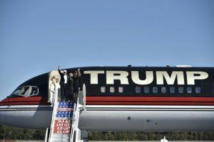 El candidato republicano a la presidencia de Estados Unidos, Donald Trump, y su esposa Melania, saludan a su arribo encuentro para un acto en el aeropuerto internacional de Wilmington, en Wilmington, Carolina del Norte, el 5 de noviembre de 2016. Foto:MANDEL NGAN/afp.com