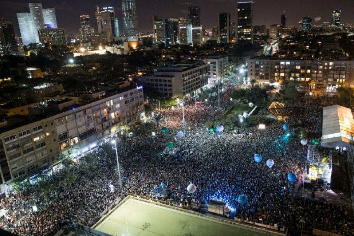 Israelíes comparecen en una marcha de homenaje por el 21 aniversario del asesinato del exprimer ministro israelí Yitzhak Rabin en la plaza donde fue abatido en la ciudad costera mediterránea de Tel Aviv, Israel, el 5 de noviembre de 2016. Foto:JACK GUEZ/afp.com
