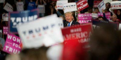 El candidato presidencial republicano Donald Trump (C) orando ante partidarios durante un acto de apoyo a su campaña, en el centro de la ciudad de Sioux City, Iowa, el 6 de noviembre de 2016. Foto:Jason Connolly/afp.com