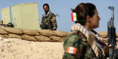 Miembros kurdos iraníes del Partido de la Libertad del Kurdistán (PAK) toman posición el 6 de noviembre de 2016 en una zona cerca de la ciudad de Bashiqa, a unos 25 kilómetros al noreste de Mosul, durante una operación contra el grupo Estado Islámico. Foto:SAFIN HAMED/afp.com