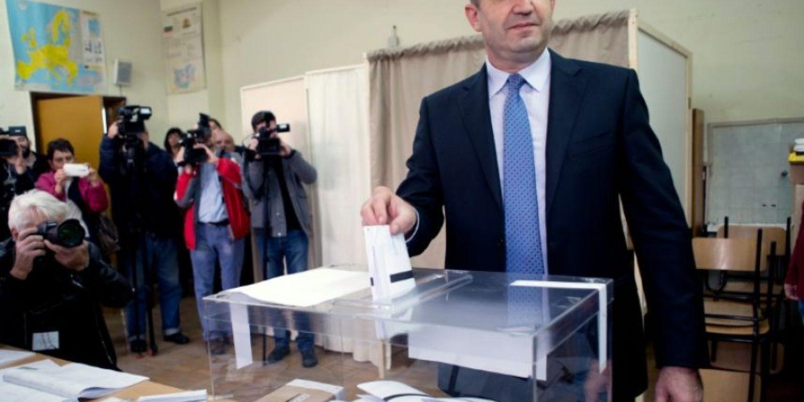 El exjefe de la fuerza aérea búlgara Rumen Radev, candidato de la oposición socialista, emite su voto en una mesa de votación durante las elecciones presidenciales, en Sofía, el 6 de noviembre de 2016. Foto:NIKOLAY DOYCHINOV/afp.com