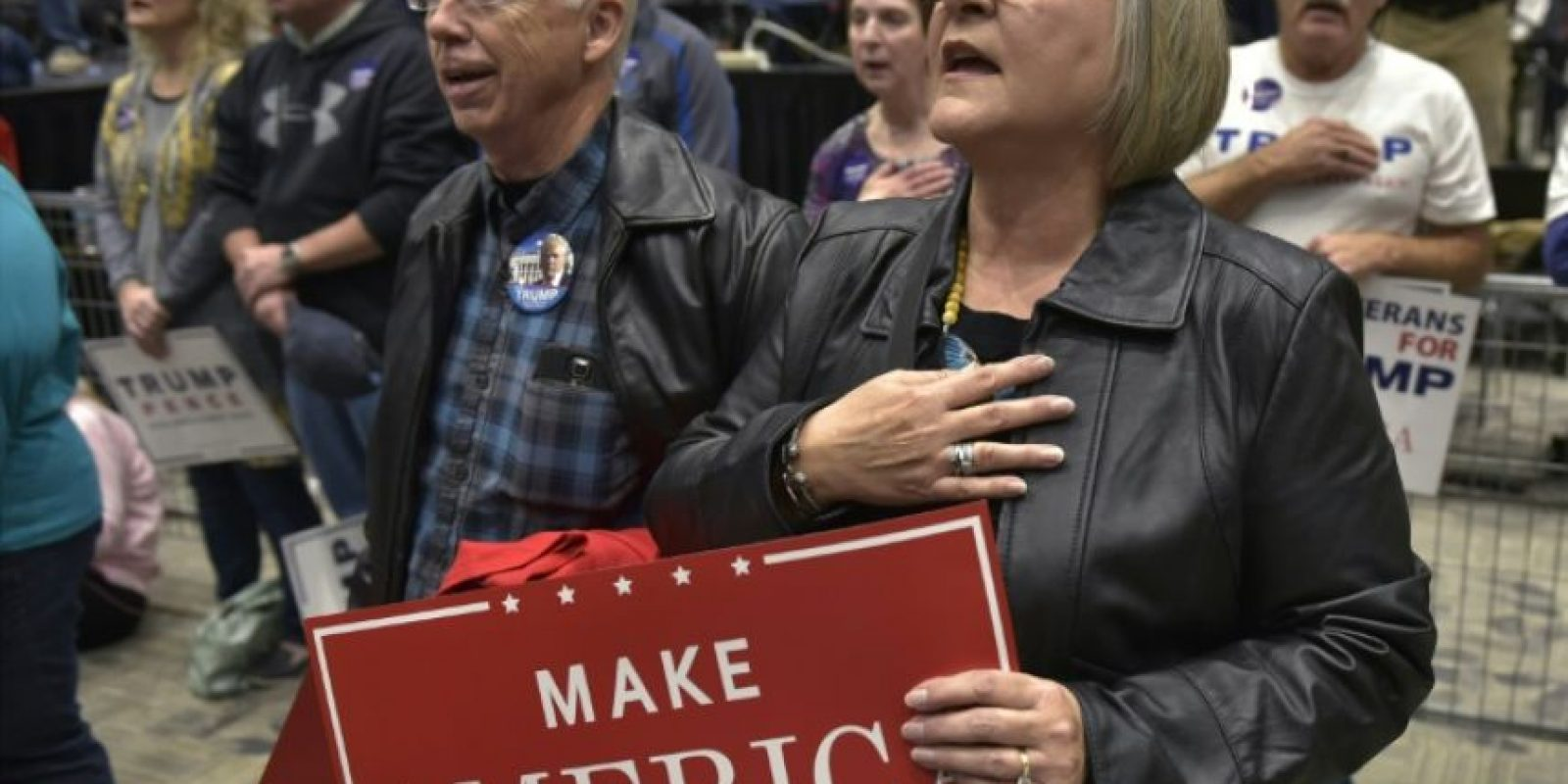 Partidarios escuchan el himno nacional durante un acto de apoyo al candidato presidencial republicano Donald Trump, en el centro de la ciudad de Sioux City, Iowa, el 6 de noviembre de 2016. Foto:Mandel NGAN/afp.com