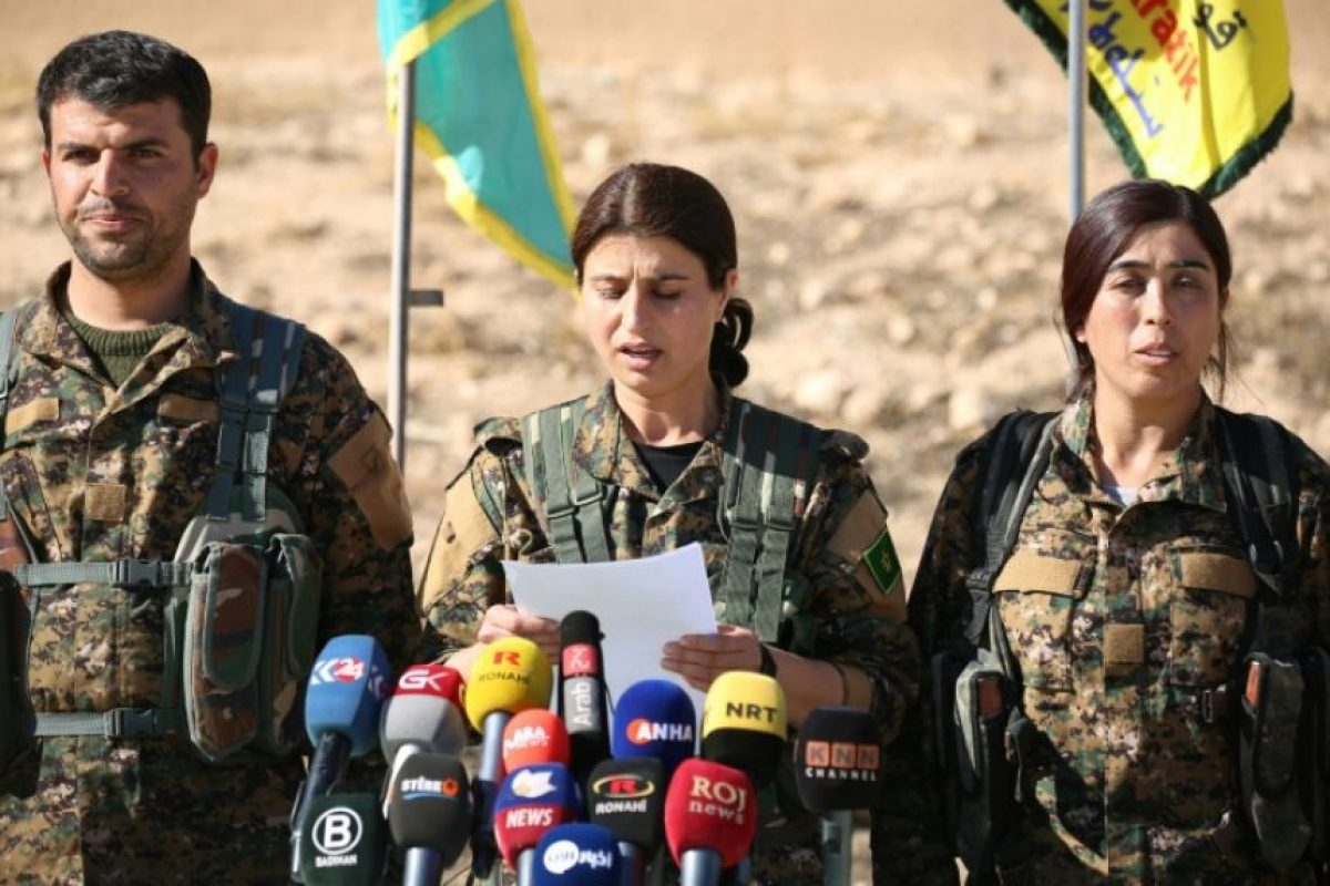 Jihan Sheij Ahmed, portavoz de las FDS, comparece ante la prensa para anunciar el inicio de la ofensiva contra Raqa, este domingo 6 de noviembre en la ciudad siria de Ain Issa, situada unos 50 km al norte Foto:Delil Souleiman/afp.com