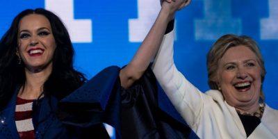 La candidata demócrata Hillary Clinton junto a la cantante Katy Perry (I) durante un concierto en apoyo a su campaña el 5 de noviembre de 2016 en Filadelfia Foto:Brendan Smialowski/afp.com