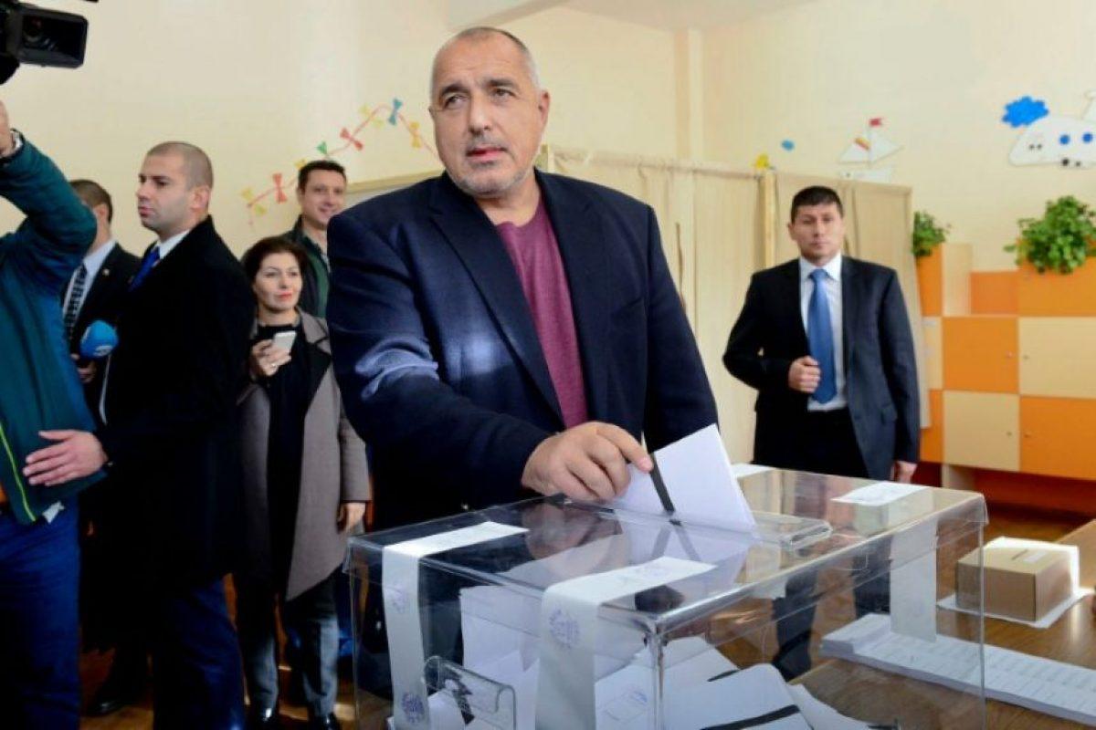 El primer ministro de Bulgaria, Boyko Borisov, emite su voto en una mesa de votación durante las elecciones presidenciales, en Sofía, el 6 de noviembre de 2016. Foto:Julia Lazarova/afp.com