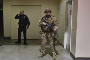 Un policía vigila el baño donde un sospechoso fue trasladado durante el acto de campaña del candidato republicano Donald Trump en el centro de convenciones de Reno el 5 de noviembre de 2016 Foto:MANDEL NGAN/afp.com