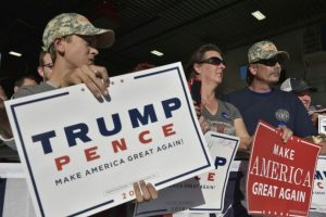 Partidarios del candidato republicano Donald Trump aguardan su llegada en el hangar de Sun Country Airlines el 6 de noviembres de 2016 en Minneapolis Foto:Mandel Ngan/afp.com