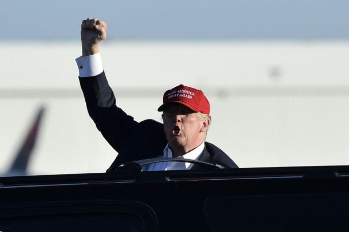 El candidato republicano Donald Trump saluda a sus partidarios durante un acto de campaña el 6 de noviembre de 2016 en Minneapolis Foto:MANDEL NGAN/afp.com