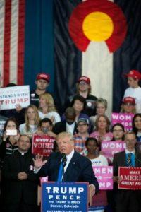 El candidato presidencial republicano Donald Trump orando ante partidarios durante un acto de apoyo a su campaña, en el centro de la ciudad de Sioux City, Iowa, el 6 de noviembre de 2016. Foto:Jason Connolly/afp.com