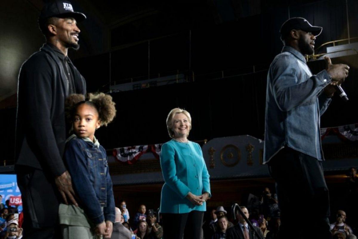 La candidata demócrata Hillary Clinton y el jugador de la NBA J.R Smith (I) escuchan al basquetbolista Lebron James (D) durante un acto de campaña el 6 de noviembre de 2016 en Cleveland Foto:Brendan Smialowski/afp.com