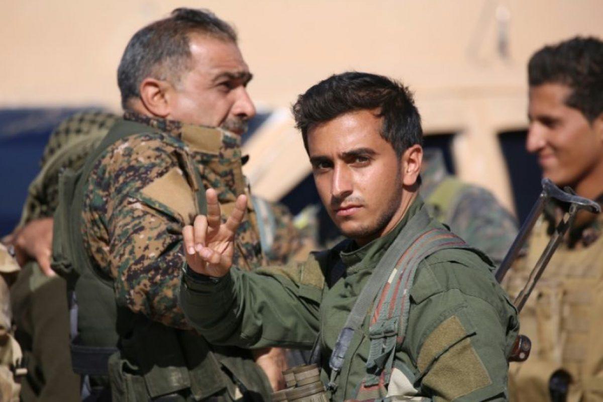 Un miembro de las FDS hace la señal de la victoria este domingo 6 de noviembre en la ciudad siria de Ain Issa, situada unos 50 km al norte de Raqa, tras anunciarse el inicio de la ofensiva contra esta última Foto:Delil Souleiman/afp.com