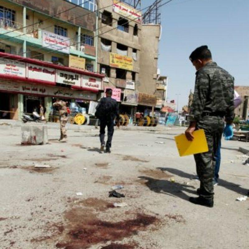 Miembros de las fuerzas de seguridad iraquíes observan, junto a unas manchas de sangre, el lugar de un atentado con bomba en un mercado del barrio de Jadida, el pasado 27 de septiembre en Bagdad Foto:Sabah Arar/afp.com