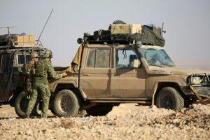 Fuerzas especiales occidentales, que apoyan a las fuerzas árabes kurdas respaldadas por Estados Unidos, se despliegan en la línea de frente, a un kilómetro de la ciudad siria de Ain Issa, a unos 50 kilómetros al norte de Raqa, el 6 de noviembre de 2016 Foto:DELIL SOULEIMAN/afp.com