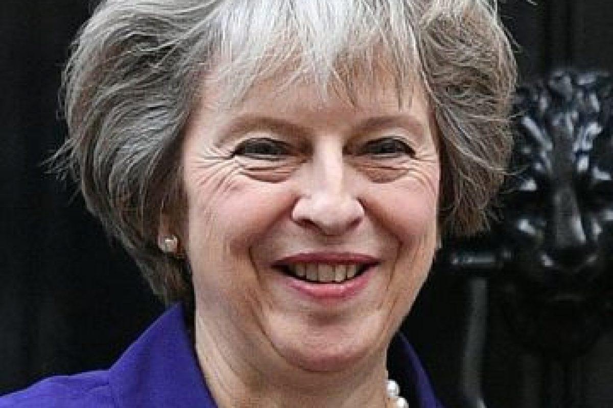 La primera ministra británica, Theresa May, sonríe a las puertas del número 10 de Downing Street, su residencia oficial, el pasado 2 de noviembre en Londres Foto:Justin Tallis/afp.com