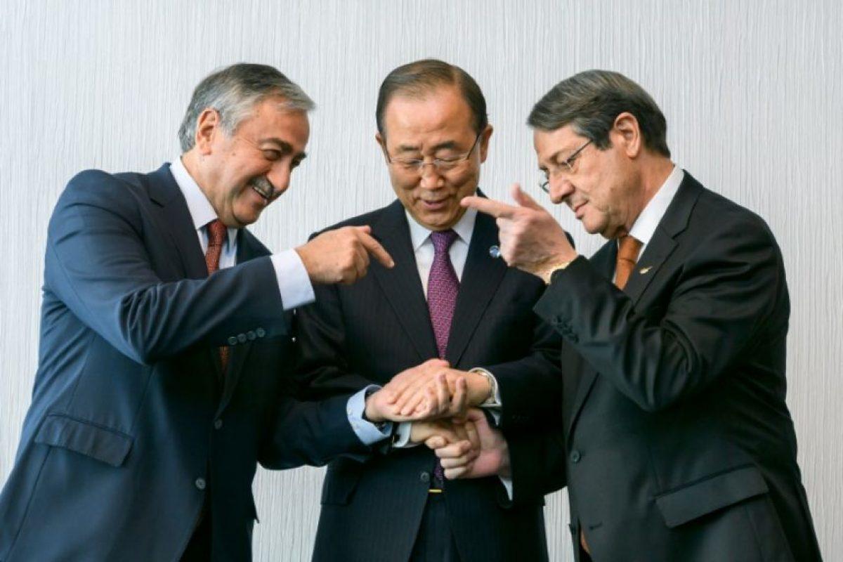 El secretario general de la ONU, Ban Ki-Moon (centro), fuerza un apretón de manos entre el líder chipriota turco, Mustafa Akinci (izq), y su homólogo chipriota griego, Nicos Anastiades (dcha), en Mont Pelerin, Suiza, el 7 de noviembre de 2016 Foto:Fabrice Coffrini/afp.com