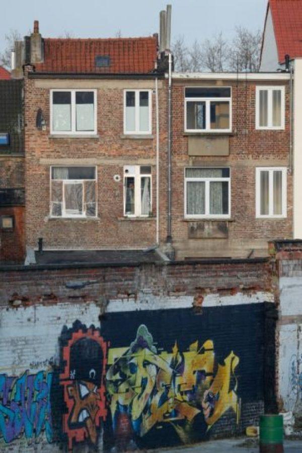 Unas ventanas rotas en un apartamento en Forest-Vorst, Bruselas, fotografiadas el 16 de marzo de 2016, al día siguente de un tiroteo registrado durante una operación antiterrorista Foto:Bruno Fahy/afp.com