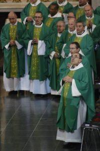 El arzobispo de Lyon, Philippe Barbarin (d), participa en un encuentro de obispos en Lourdes, suroeste de Francia, el 7 de noviembre de 2016 Foto:Pascal Pavani/afp.com