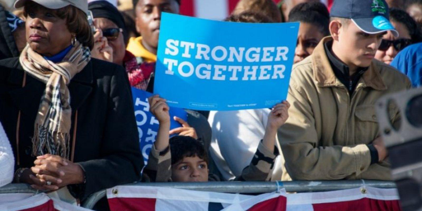 Un niño sostiene un cartel con el lema de campaña de Hillary Clinton (Juntos, más fuertes) durante un mitin del presidente Barack Obama el pasado 14 de octubre en Cleveland (al noreste de EEUU) Foto:Jim Watson/afp.com