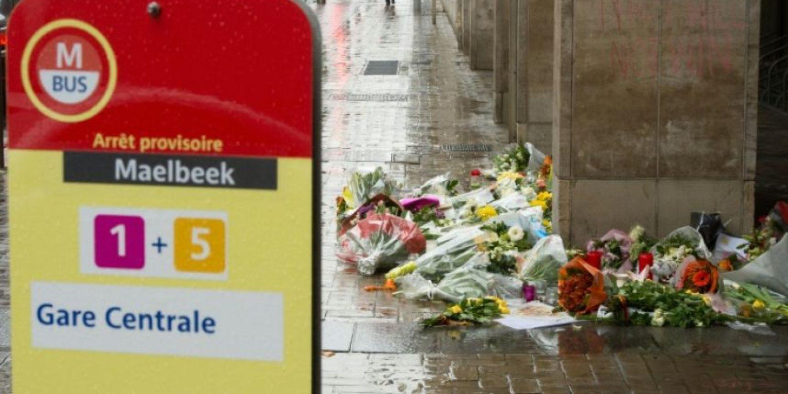 Unos ramos de floresw depositados el 25 de marzo de 2016 cerca de la entrada a la estación de metro de Maalbeek, en Bruselas, en homenaje a las víctimas de un atentado terrorista Foto:Philippe Huguen/afp.com