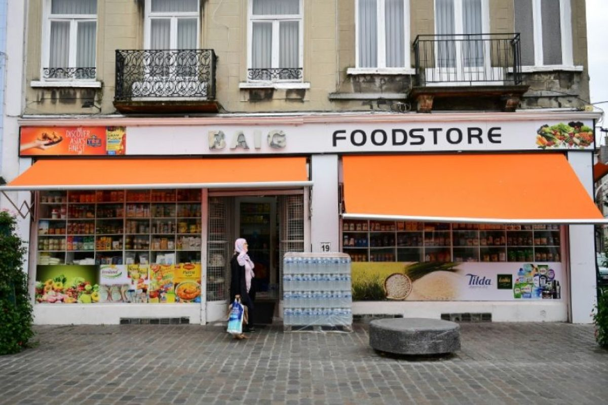 Una mujer pasa por delante de una tienda de alimentación en el distrito bruselense de Molenbeek el 18 de octubre de 2016 Foto:Emmanuel Dunand/afp.com