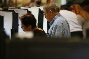 Unos miamenses acuden a un centro de votación anticipada dispuesto para las próximas elecciones generales, el 31 de octubre de 2016 Foto:Joe Raedle/afp.com